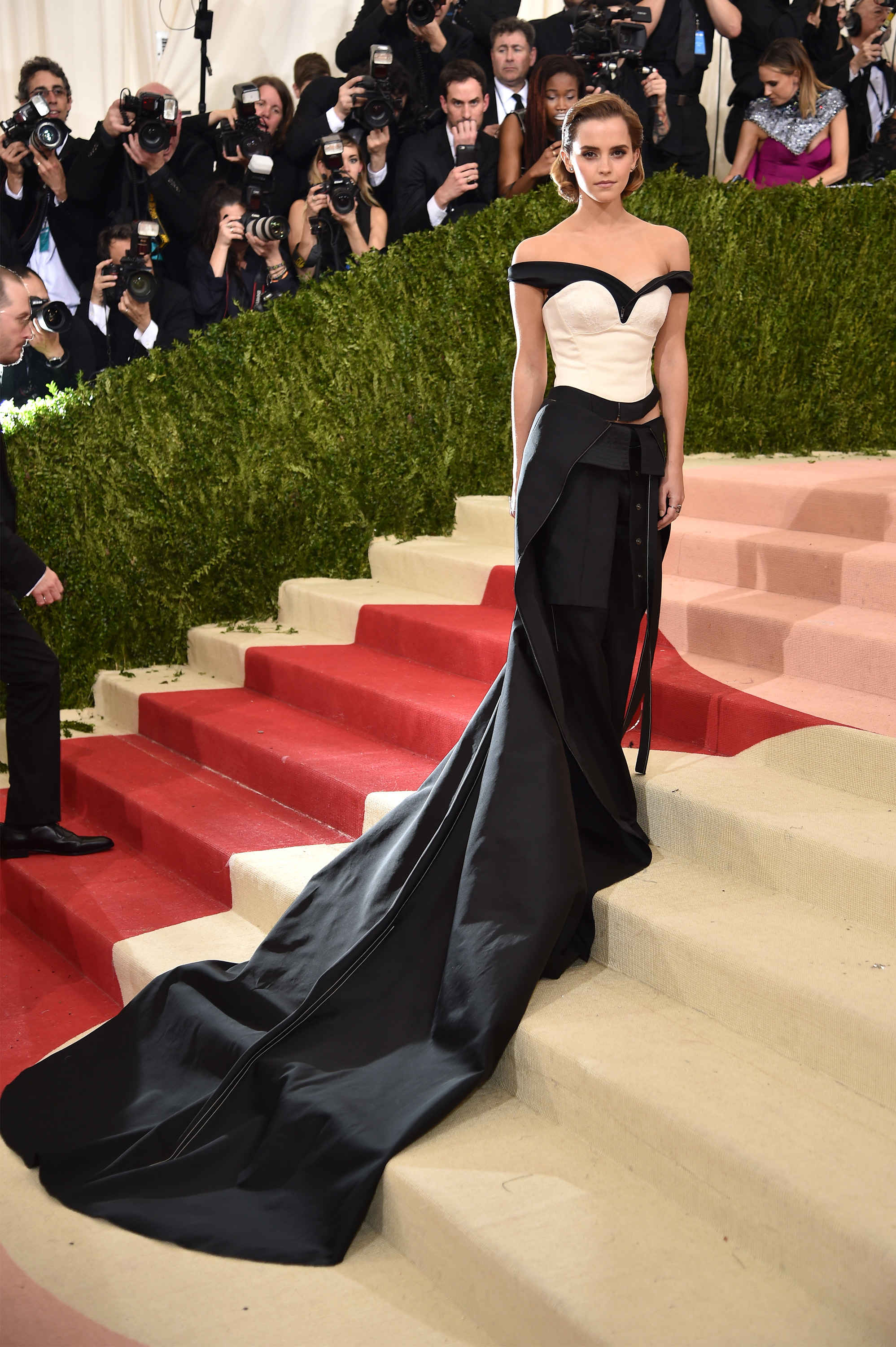 Emma Watson in Calvin Klein. The dress was made out of recycled bottles. El vestido fue hecho de botellas recicladas.